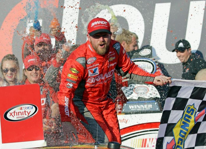 Kyle Busch gets past Kyle Larson to take Cup pole at Loudon